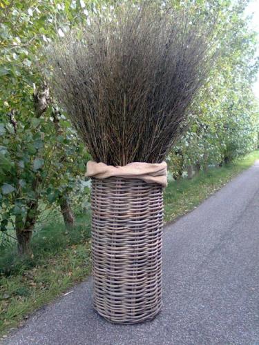 07.012 Rieten mand met bamboe takken (hoogte ca. 250 cm)