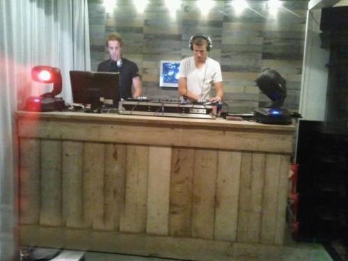 1.7 Steigerhouten DJ Booth (incl. podiumdeel 20 cm hoog)